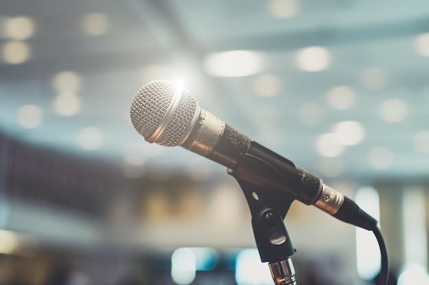 Microphone dans une salle de concert ou une salle de conférence Photo Premium