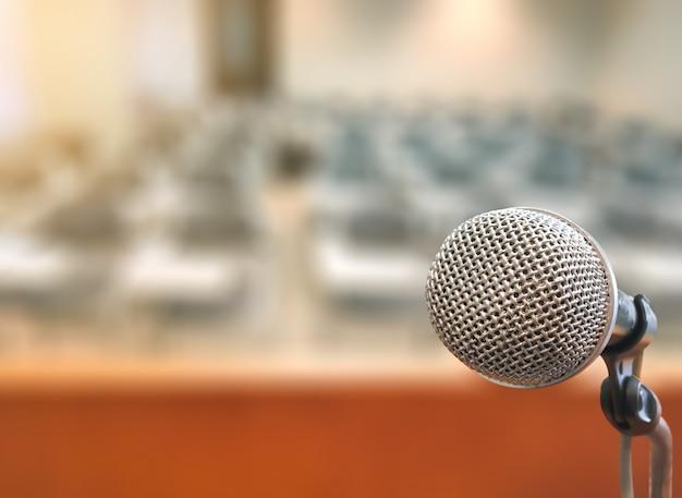 Microphone dans la salle de conférence salle de séminaire pour événement et réunion Photo Premium