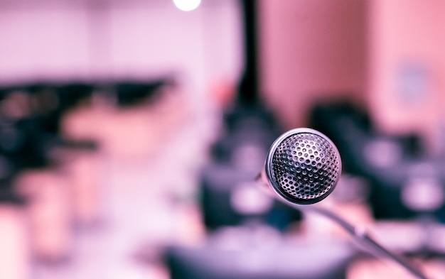 Microphone dans la salle informatique pour l'annonce à l'auditeur Photo Premium