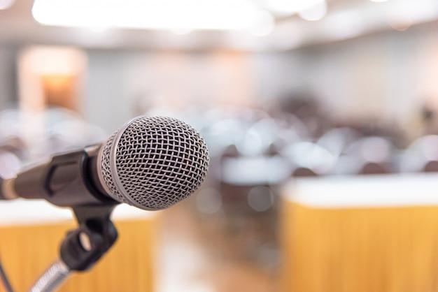 Microphone Dans La Salle De Séminaire Ou Conférence Orale. Photo Premium