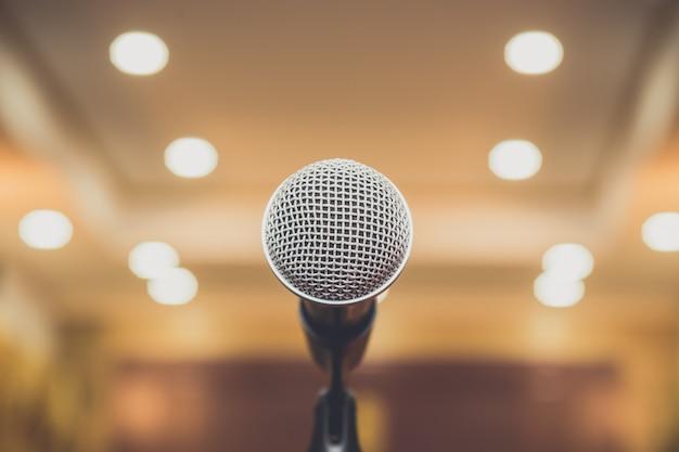 Microphone Dans La Salle De Séminaire Photo Premium