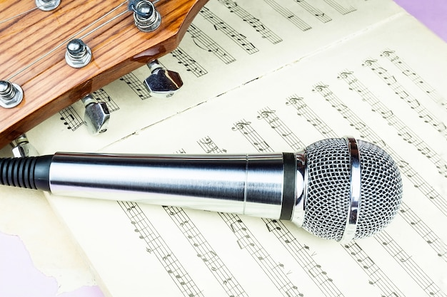 Microphone Dynamique Sur La Feuille De Musique Photo Premium