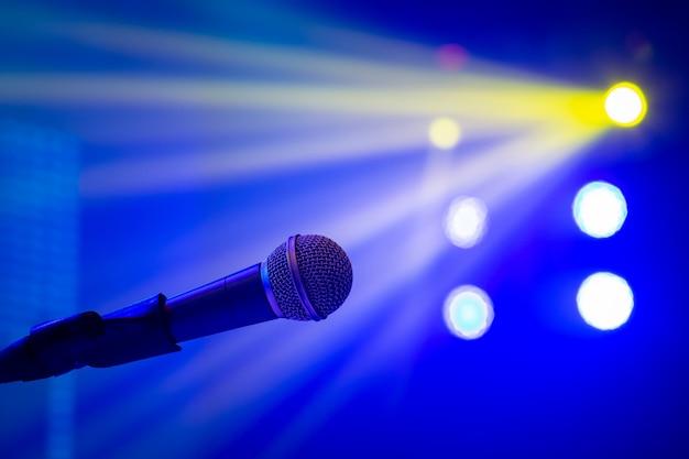 Microphone en éclairage de concert Photo Premium
