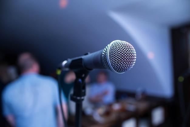 Microphone est sur scène dans une boîte de nuit Photo Premium