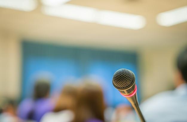 Microphone avec flou d'arrière-plan public Photo gratuit