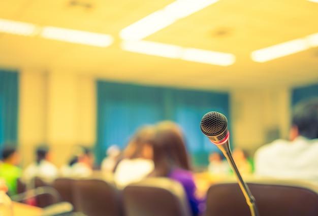 Microphone avec fond gens de mise au point Photo gratuit