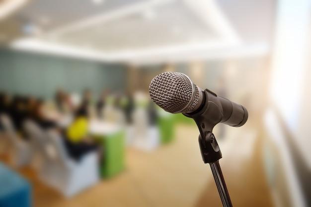 Microphone sur le forum d'affaires flou réunion ou conférence formation apprentissage concept de salle de coaching, arrière-plan flou. Photo Premium
