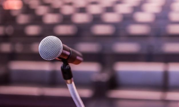 Microphone sur le forum d'affaires flou réunion ou conférence salle d'apprentissage Photo Premium
