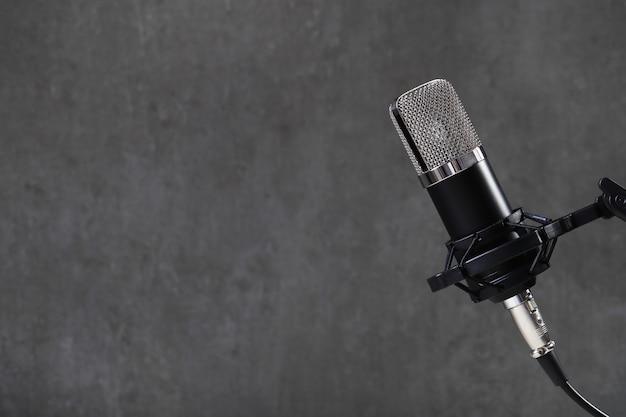 Microphone Sur Gris Photo gratuit