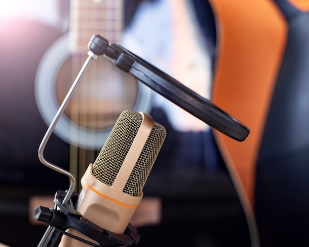 Un Microphone Et Une Guitare Sur Un Bureau, étude, Télétravail, Artistes Photo Premium