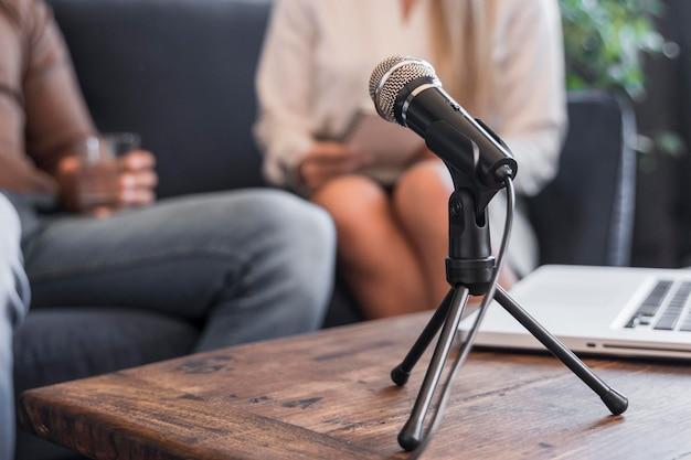 Microphone De Journalisme Sur Le Bureau Photo Premium