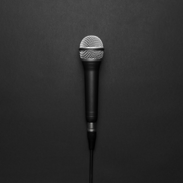 Microphone noir et argent sur fond noir Photo gratuit