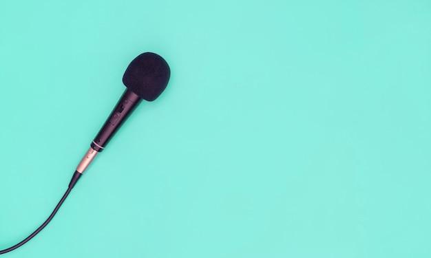 Microphone Noir Sur Fond Bleu Sarcelle Photo Premium