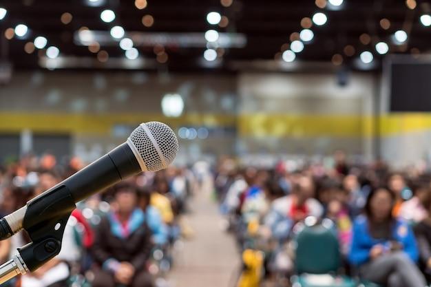 Microphone sur la photo floue abstraite de la salle de conférence Photo Premium