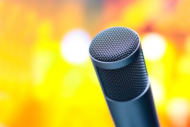Microphone pour enregistrer la voix en studio. Photo Premium