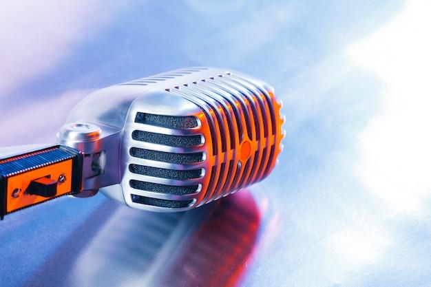 Microphone rétro sur bleu clair Photo Premium