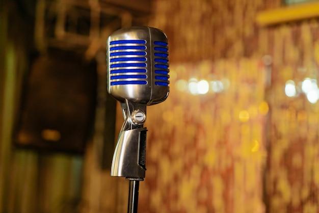 Microphone rétro fermé est dans la salle de concert Photo Premium