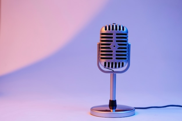 Microphone rétro isolé sur fond de couleur Photo gratuit