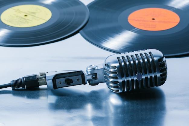 Microphone et segment de disque vinyle Photo Premium
