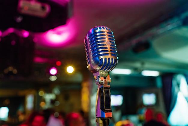Un microphone spécialement équipé est au centre de la salle pour la performance de l'artiste Photo Premium