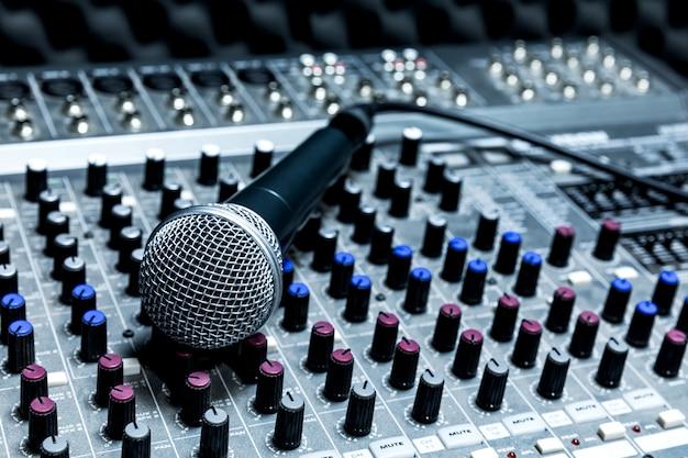 Microphone De Studio à Condensateur Professionnel, Concept Musical. Enregistrement, Microphone à Mise Au Point Sélective En Studio Radio, Microphone à Mise Au Point Sélective Et équipement Musical Flou, Photo Premium