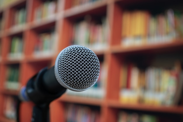 Microphones sur haut-parleur dans une salle de lecture d'entreprise ou d'université, réunion de concept de séminaire Photo Premium