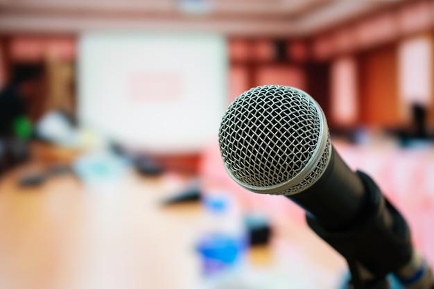 Microphones pour parler ou parler dans une salle de séminaire, parler pour une conférence Photo Premium
