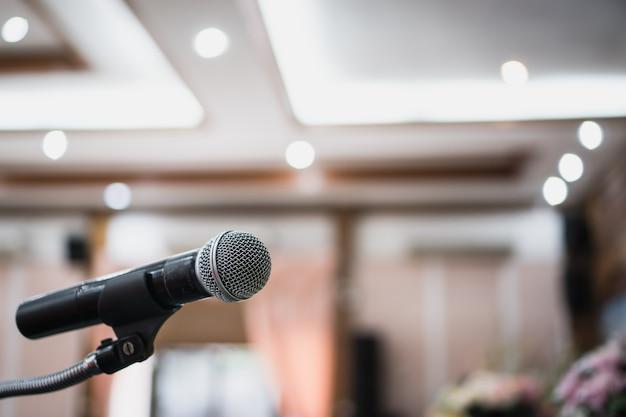 Microphones Sur Résumé De Discours Flou Dans La Salle De Séminaire Photo Premium