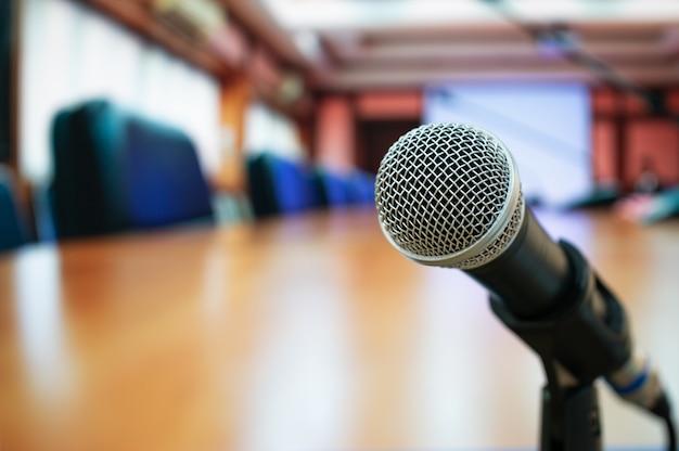 Microphones sur résumé flou dans la salle de séminaire ou dans la salle de conférence Photo Premium