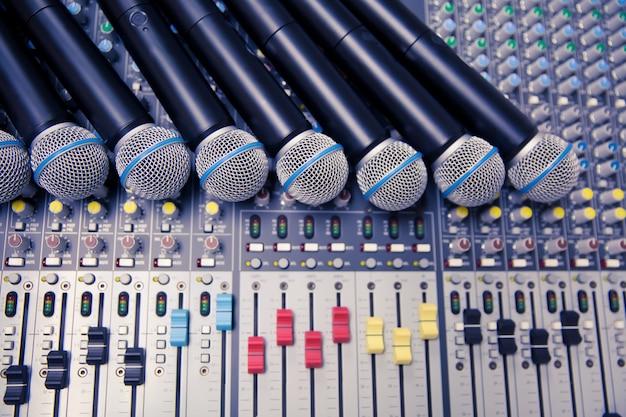 Microphones et table de mixage sonore dans la salle de contrôle. Photo Premium