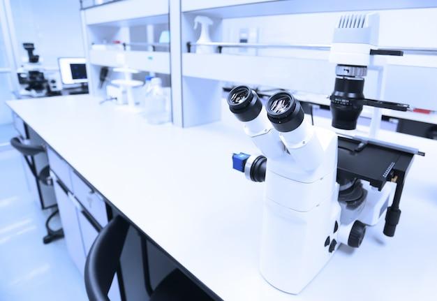 Microscope et détail du laboratoire scientifique. Photo Premium