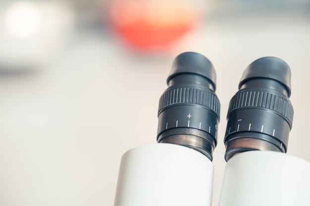 Microscope pour les étudiants à étudier et expérimenter dans le contexte du collège avec espace copie Photo Premium