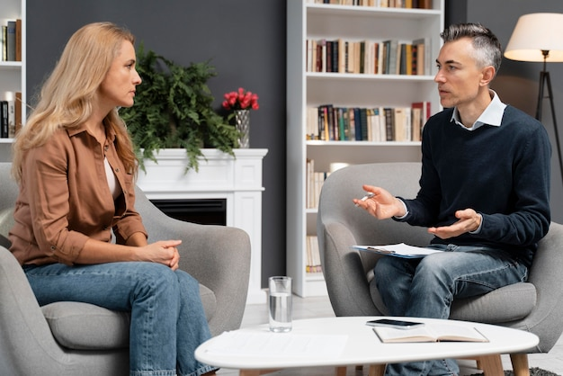 Mid Shot Femme Parlant à L'homme Conseiller Photo gratuit