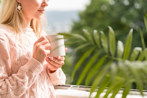 Mid Shot Woman Holding Mug Photo gratuit