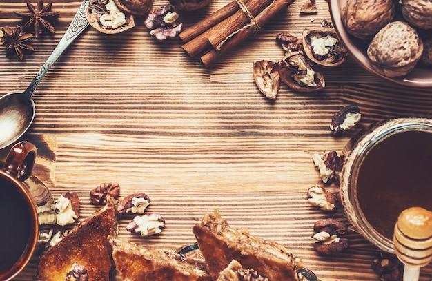 Miel de baklava aux noix. mise au point sélective. aliments. Photo Premium