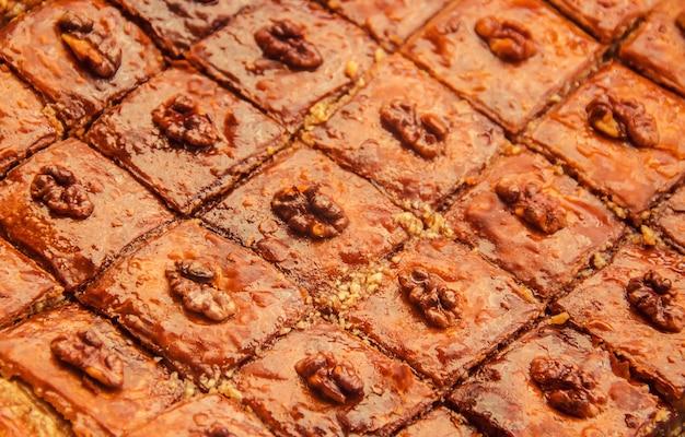 Miel de baklava aux noix. mise au point sélective. la nature. Photo Premium