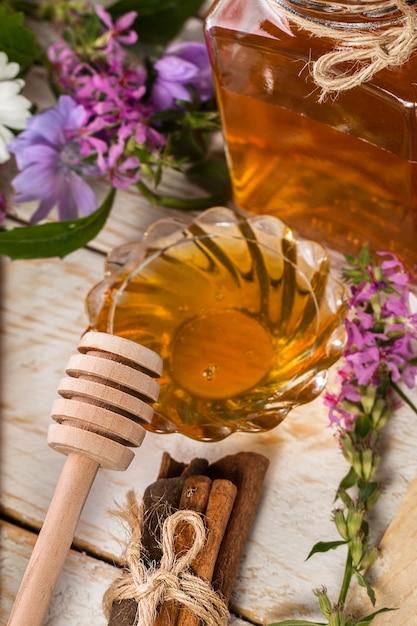 Miel bio naturel sur une table en bois Photo Premium