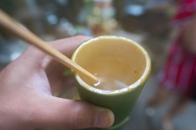 Miel de citron dans un cylindre de bambou Photo Premium