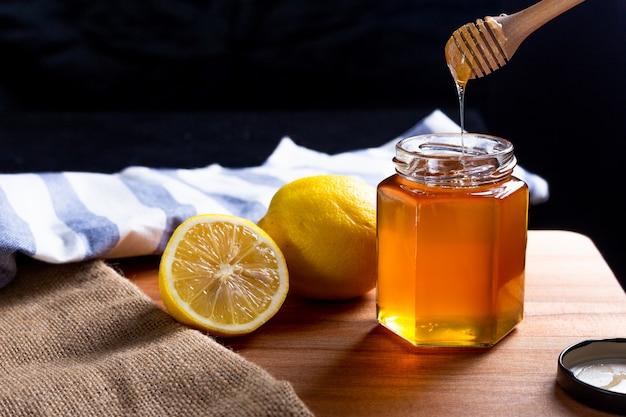 Miel citron, louche de miel en bois Photo Premium