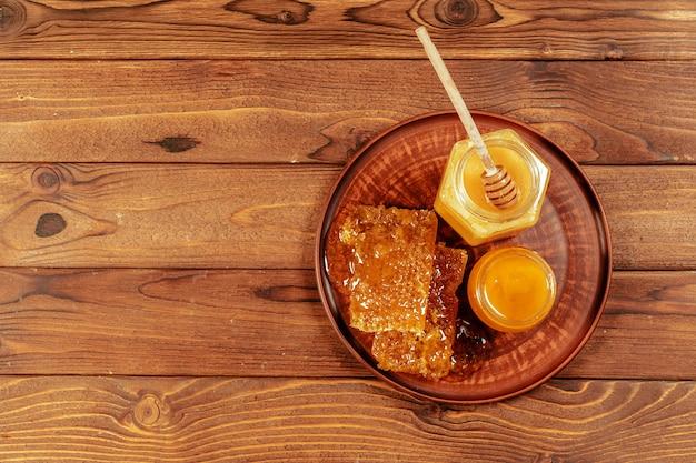 Miel, dans, pot, à, miel, louche, sur, bois vieux Photo Premium