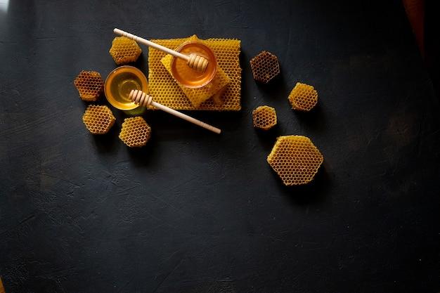 Miel épais Sain Trempé De La Cuillère à Miel En Bois, Produits De L'abeille Par Concept D'ingrédients Naturels Biologiques. Photo Premium