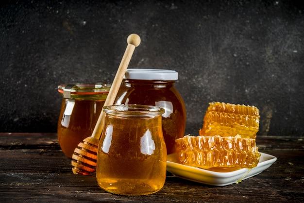 Miel De Ferme Biologique Dans Des Pots Avec Des Rayons De Miel Photo Premium