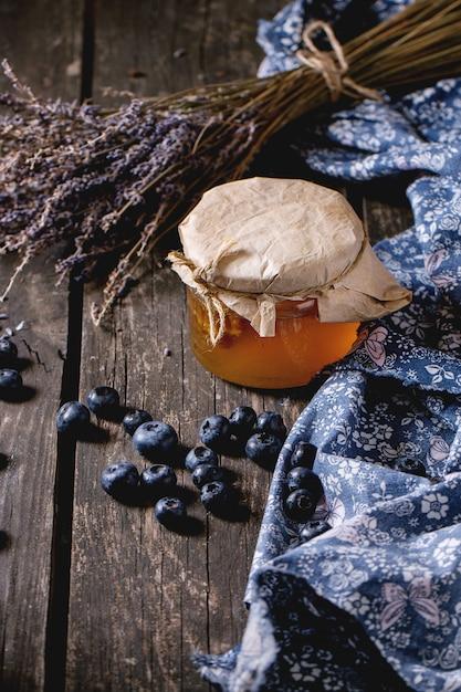 Miel, Myrtilles Et Lavande Photo Premium