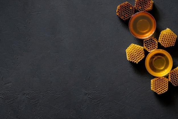 Miel Avec Nid D'abeille Sur Table Noire, Vue De Dessus. Espace Pour Le Texte. Photo Premium
