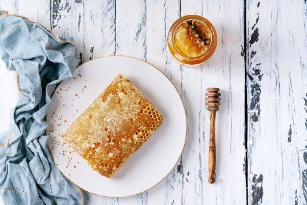 Miel avec nid d'abeille Photo Premium