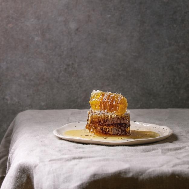 Miel En Nid D'abeilles Photo Premium