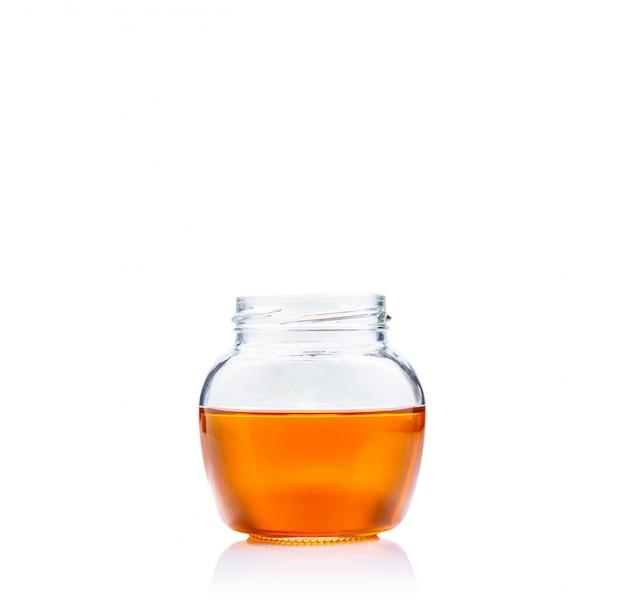 Miel en pot de verre sur fond blanc avec espace de copie Photo Premium