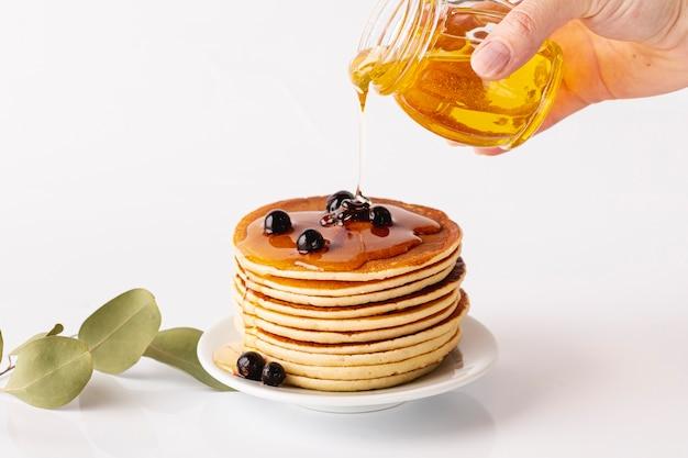 Miel, Versé, Sur, Tour Pancake, Sur, Plaque, à, Myrtilles Photo gratuit