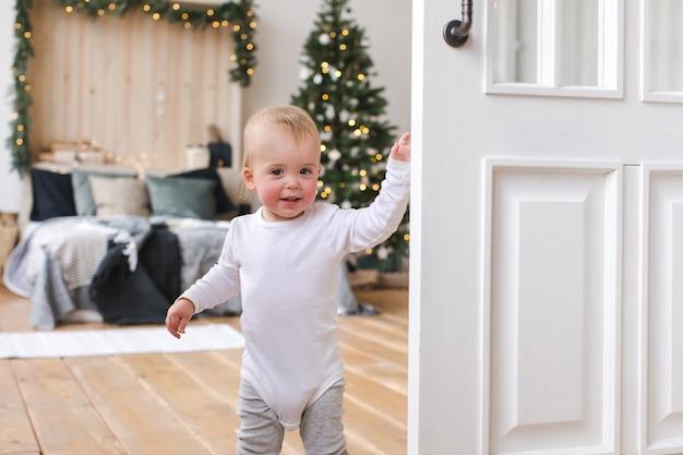Mignon, bambin, chambre à coucher, arbre noël Photo Premium