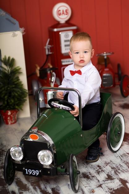 Mignon, bambin, joue, à, autos miniatures, monte un avion jouet de machine à écrire, enfance heureuse Photo Premium